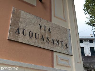 Il torrente Acquasanta, fonte d'energia per le macine delle antiche cartiere oggi è costeggiato dalla via Acquasanta dove si affacciano anche le Terme di Genova