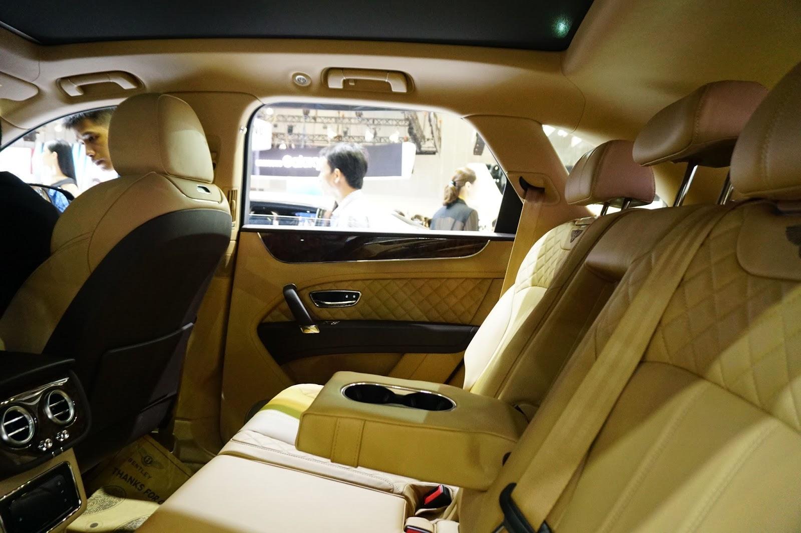 Hàng ghế sau của xe như cung điện, quá sang trọng và xa hoa