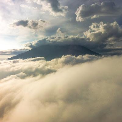 Pagi Penuh Kabut di Gunung Andong 1726 mdpl