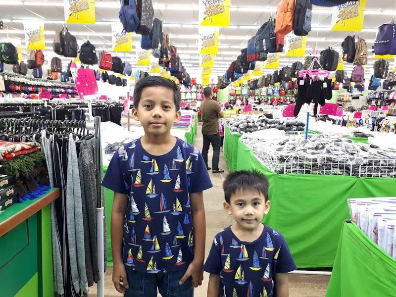 Jimat Berbelanja Kelengkapan Sekolah Di Pusat Pakaian Hari-Hari