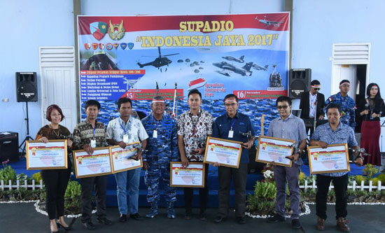 APRESIASI MEDIA :  Pada Pagelaran Supadio Indonesia Jaya 2017, Danlanud juga memberikan Supadio Media Awards 2017.  Foto Kapentak Danlanud Supadio