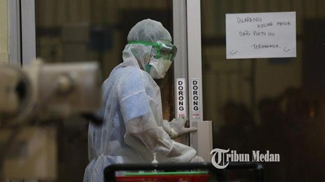 Petugas medis berada di dalam ruangan infeksius Rumah Sakit Umum Pusat (RSUP) Adam Malik Medan, Sumatera Utara, Rabu (4/3/2020).
