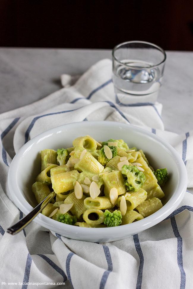 Foto delle mezze maniche con broccolo romanesco, taleggio e mandorle