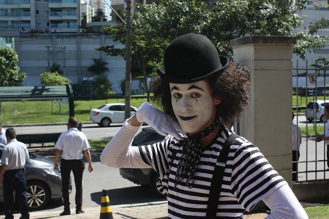 Artista Mímico de Humor e Circo recepcionando os alunos no evento de volta as aulas da escola esfera.