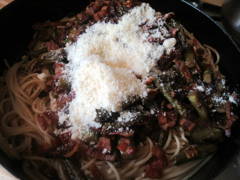 Pancetta and asparagus pasta by Laka kuharica: Add the pasta, pancetta and Parmesan cheese