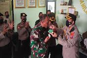 Beri Kejutan di HUT TNI Ke-76, Kapolres Serang dan Kapolres Serang Kota Datangi Makodim 0602/Serang