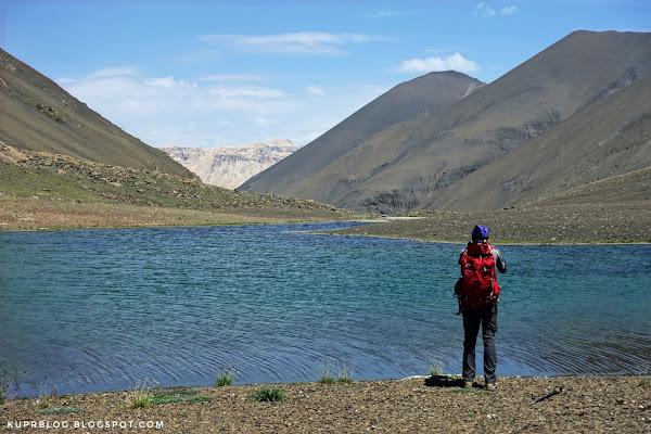 Малое озеро Туфангёль (Тфанское озеро). Вдалеке видны стены Шахдага.