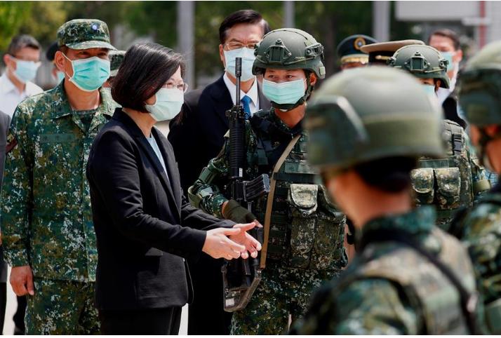 La presidente de Taiwán, Tsai Ing-wen visita una base militar en medio de la pandemia de coronavirus, en Tainan, Taiwán / EFE