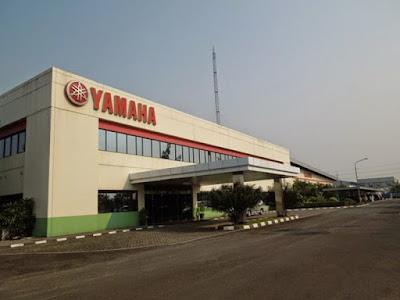 Sejarah Perusahaan Yamaha    Perusahaan Yamaha berasal dari nama pendirinya yaitu 'Yamaha Tarakusu' pada tahun 1887. Nama pertama perusahaan ini pertama kali yaitu Yamaha corp (Nippon gakki). Yamaha pertama kali di kenal sebagai perusahaan pembuat alat music dan organ, tak berselang beberapa waktu Yamaha sangat di kenal di mata dunia sebagai perusahaan terbesar pembuat alat music di dunia. Pada 1 Juni 1955 berdiri lah Yamaha Motor Corp yang  ebeda dengan Yamaha corp tetapi masih dalam satu grup. Motor produksi pertamanya adalah single cylinder 2 stroke 125cc. Motor 125cc tersebut dikenal sebagai YA1 alias Atakombo (dikenal juga sebagai Red DragonFly). Motor ini lumayan sukses dan produksi berikutnya menggunakan engine 175cc. Produksi motor berikutnya adalah twin cylinder YDI di tahun 1957, sanggup mengeluarkan power 20 bHP dan memenangkan race Mount Asama di Jepang. Produksinya sekitar 15.811 bikez dan jumlah ini masih dibawah Honda ataupun Suzuki. Selanjutnya Yamaha berkembang dengan cukup pesat dan ditahun 1959 keluarlaah motor sport pertamanya yang dikenal sebagai YDSI dengan 5 speed gearbox. Tahun 1960, produksinya meningkat 6 kali lipat menjadi 138 ribu motor.               Setelah berakhirnya Perang Korea perekonomian Amerika Serikat begitu booming dan ini mendorong eksport Jepang khususnya motor