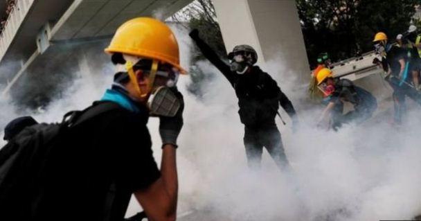 احتجاجات هونج كونج اشتخدام الشرطة الغاز المسيل للدموع.