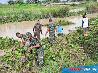 TNI dan Warga Babat Enceng Gondok Tumbuh Liar Disungai SWD 1