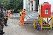 Cegah Penyebaran Covid-19 Brimob  Aceh Disinfektan Mesjid Baiturrahim Muara Tiga