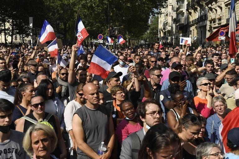 Franceses protestam contra exigência de vacina e teste de Covid em espaços de lazer
