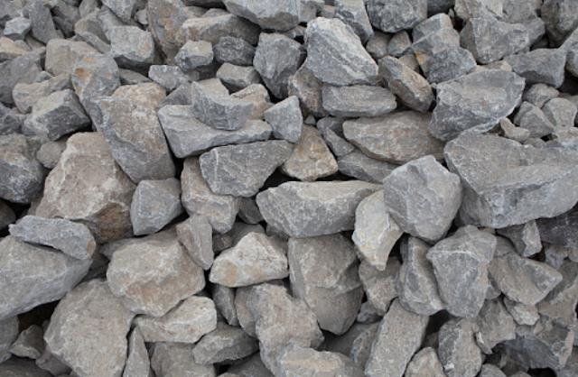 Apa Itu Batuan Sedimen atau Endapan dan Jenis Batuan Sedimen Pengertian Batuan Sedimen Batuan sedimen adalah batuan yang terbentuk dari batuan beku yang terkikis, selanjutnya mengalami proses pengangkutan dan diendapkan ditempat lain. Batuan sedimen bisa berbentuk dari batuan yang terkikis atau dari endapan sisa-sisa binatang dan tumbuhan. Batuan sedimen dibedakan oleh jenis zat pengangkutnya, yang diantaranya : Batu sedimen aeolis adalah batuan hasil proses pengangkutan oleh angin Batu sedimen aluvial adalah batuan hasil proses pengangkutan dan pembentukan oleh air yang mengalir. Contohnya adalah delta di muara sungai Batu sedimen marin adalah betuan hasil proses pengangkutan dan dibentuk oleh air laut. Contohnya adalah sand-dune di pantai Batu sedimen glasial adalah batuan hasil proses pengangkutan dan pembentukan oleh gletser atau es yang mengalir  Jenis Batuan Sedimen atau Endapan Jenis batu yang termasuk ke dalam batuan sedimen adalah sebagai berikut : Batu Konglomerat Batu konglomerat adalah batuan berupa krikil-krikil yang bulat, berbatu-batu, berpasir, dan merekat satu sama lainnya. Cara pembentukan batu konglomerat yaitu dari bahan-bahan lepas yang dimampatkan oleh tekanan sediman dan diikat oleh semen alam. Batu konglomerat digunakan sebagai bahan bangunan. Batu Breksi Batu breksi adalah batuan yang tersusun atas krikil-krikil yang permukaannya tajam. Cara pembentukannya yaitu dari fragmen-fragmen yang berasal dari pecahan gunung berapi. Batu breksi memiliki warna merah, keemasan, atau coklat, dan digunakan sebagai bahan bangunan, hiasan atau dijadikan kerajinan tangan. Batu Pasir Batu pasir adalah batuan berupa butiran-butiran pasir yang terbawa oleh aliran sungai, angin, dan ombak dan akhirnya terkumpul pada suatu tempat. Cara pembentukan batu pasir yaitu dari pasir yang dimampatkan oleh tekanan sedimen dan diikat oleh semen alam. Batu pasir digunakan sebagai bahan bagunan. Batu Serpih Batu serpih adalah batuan berupa dari butiran-butiran batu lempung at