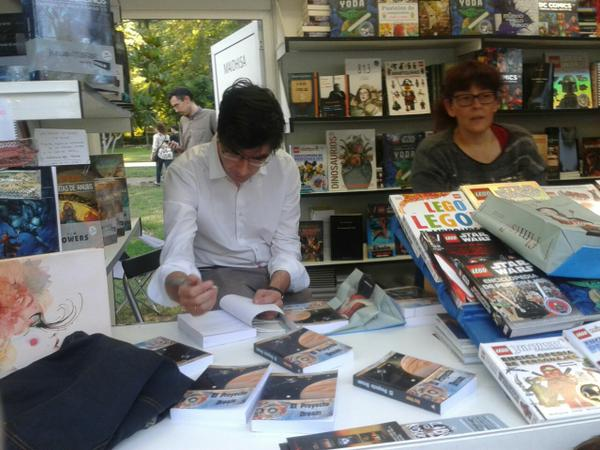 """Ruy Vega firmando ejemplares de """"El Proyecto Dream"""""""