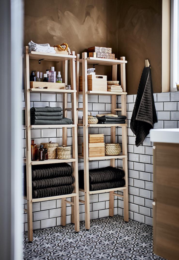 Novedades catálogo IKEA 2021 en baños: almacenaje en el baño con estanterías de pino.
