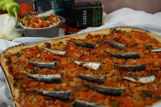 Coca de verduras y sardinas con masa casera lista en 5 minutos