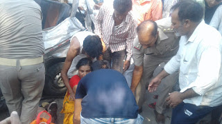 ट्रक और ओमिनी कार एक्सीडेंट इमेज,Muhammdabad accident