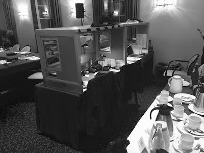 Arbeitsplätze mit hinten offenen Kabinen für vier Dolmetscherinnen