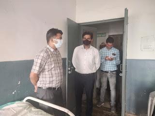 #JaunpurLive :  जिलाधिकारी ने पीएचसी की छत एवं फर्श को तत्काल ठीक कराए जाने का दिया निर्देश