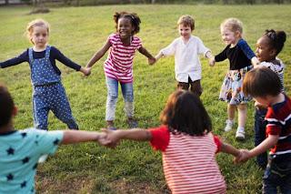 crianças brincando de roda
