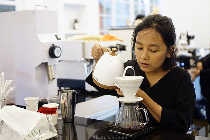 Barista cewek meracik kopi