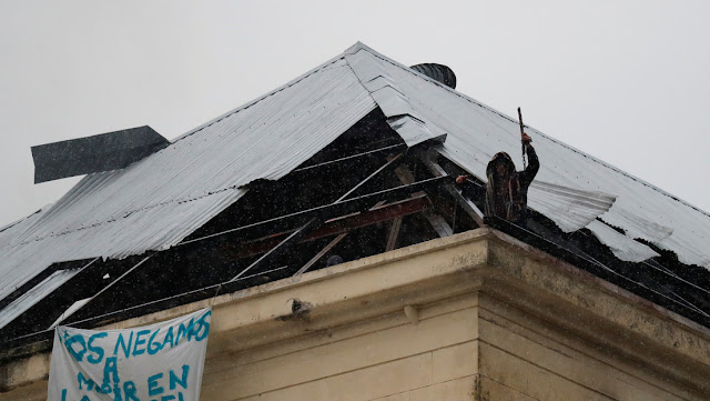 Un preso que había caído de un quinto piso durante un motín en Argentina da positivo por coronavirus