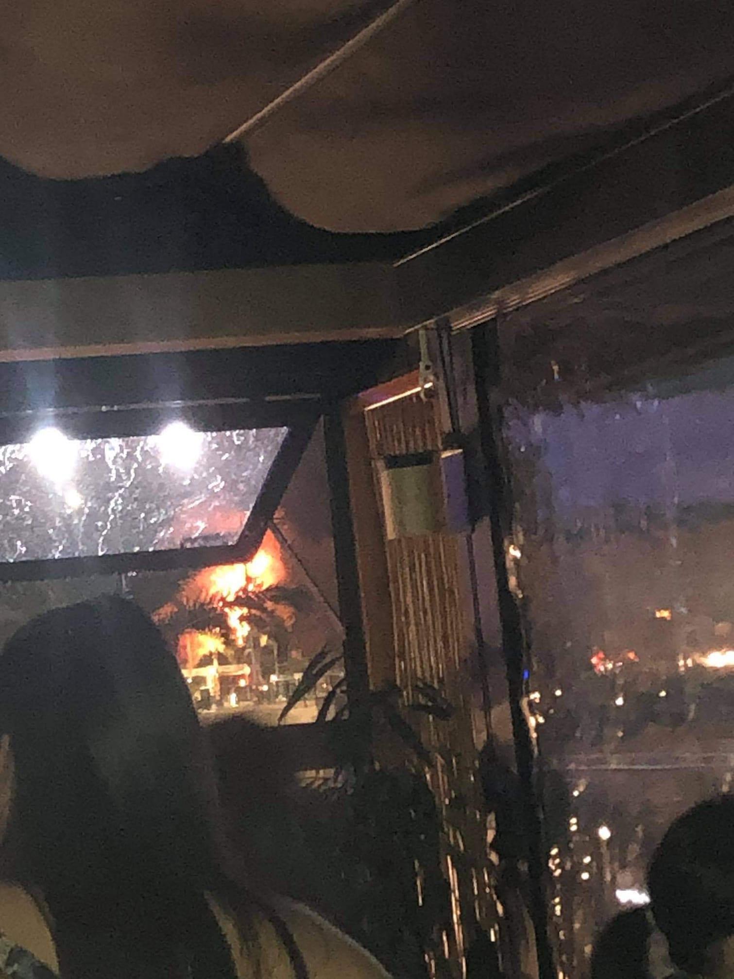 Η φωτογραφία που δημοσιεύτηκε στο facebook από τον Μιχάλη Κούρνη, είναι συγκλονιστική και είναι λίγα δευτερόλεπτα αφότου έπεσε κεραυνός στην παλιά γέφυρα της Χαλκίδας. Στο βάθος διακρίνεται η φωτιά που ξέσπασε στο σημείο.