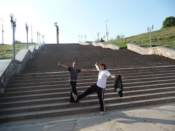 Херсон. Парк Славы. Лестница. Ребята из Днепра, сосчитавшие ступеньки