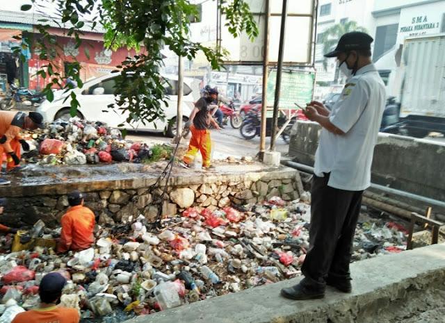 Akibat Minimnya Kesadaran warga, Tim Biawak Berjibaku Melawan Tumpukan Sampah Bersihkan Kali Abu Bakar