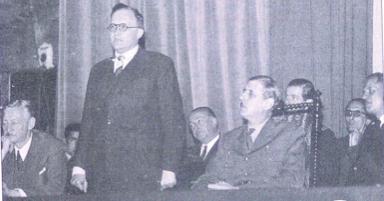 René Capitan, ministre, Albert Baille, président de la Ligue et le Général De Gaulle au 56ième Congrès de la Ligue de l'Enseignement, 26-29 septembre 1945, Théâtre Récamier, Paris (https://150ans-laligue.org)