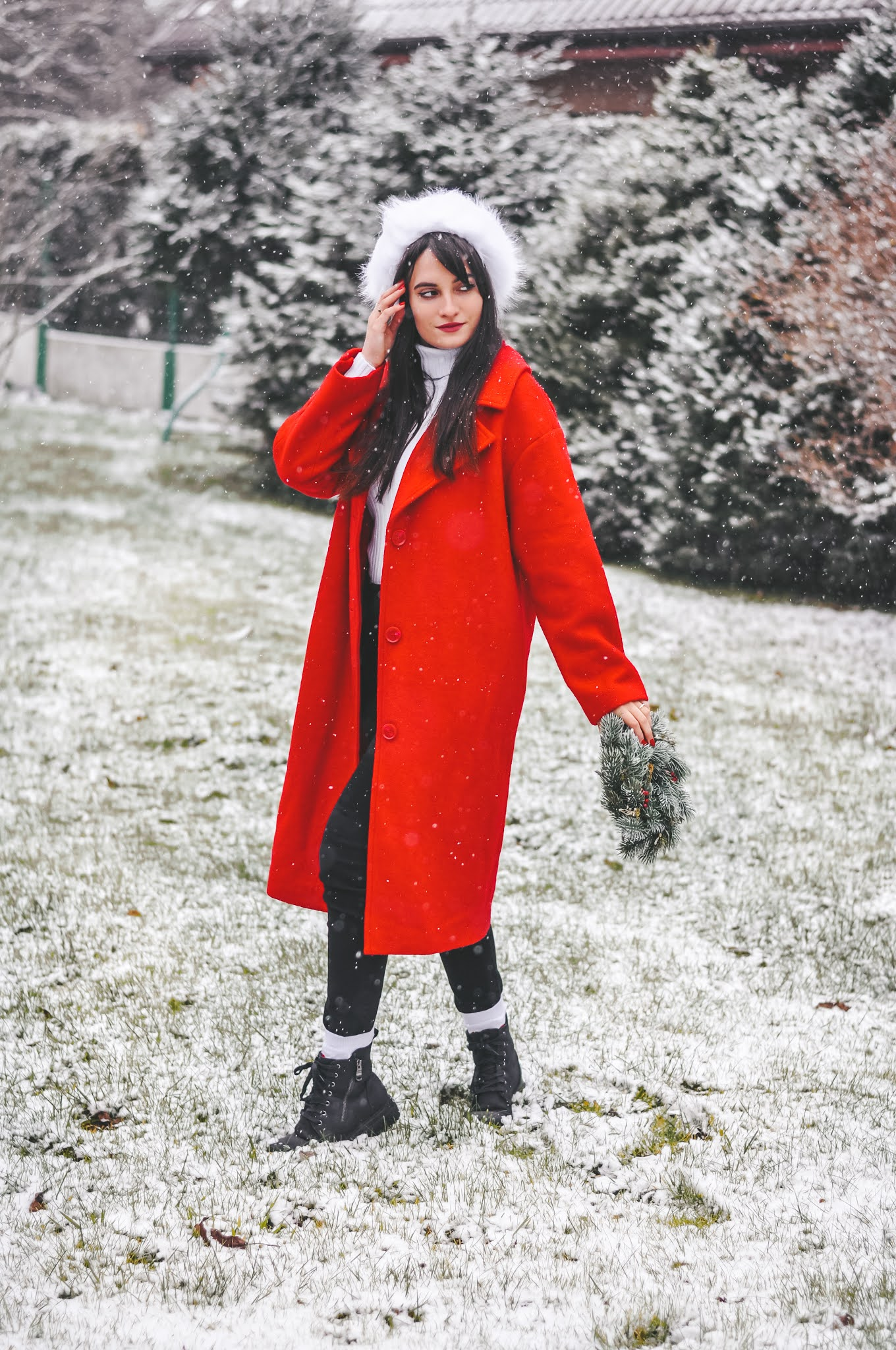 czerwony płaszcz oversize damski stylizacje