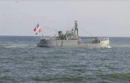 Miembros de la Armada, buscan varias personas que viajaban a bordo de una embarcación que volcó cerca de las costas de Samaná