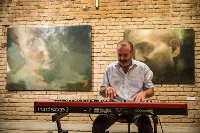 Zongorához ült a festőművész első csabai kiállításán