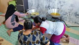 ibu-ibu bau membau dalam pembuatan kripik