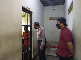 Kasat Sabhara Cek Terhadap Tahanan Di Ruang Tahanan Polres Enrekang