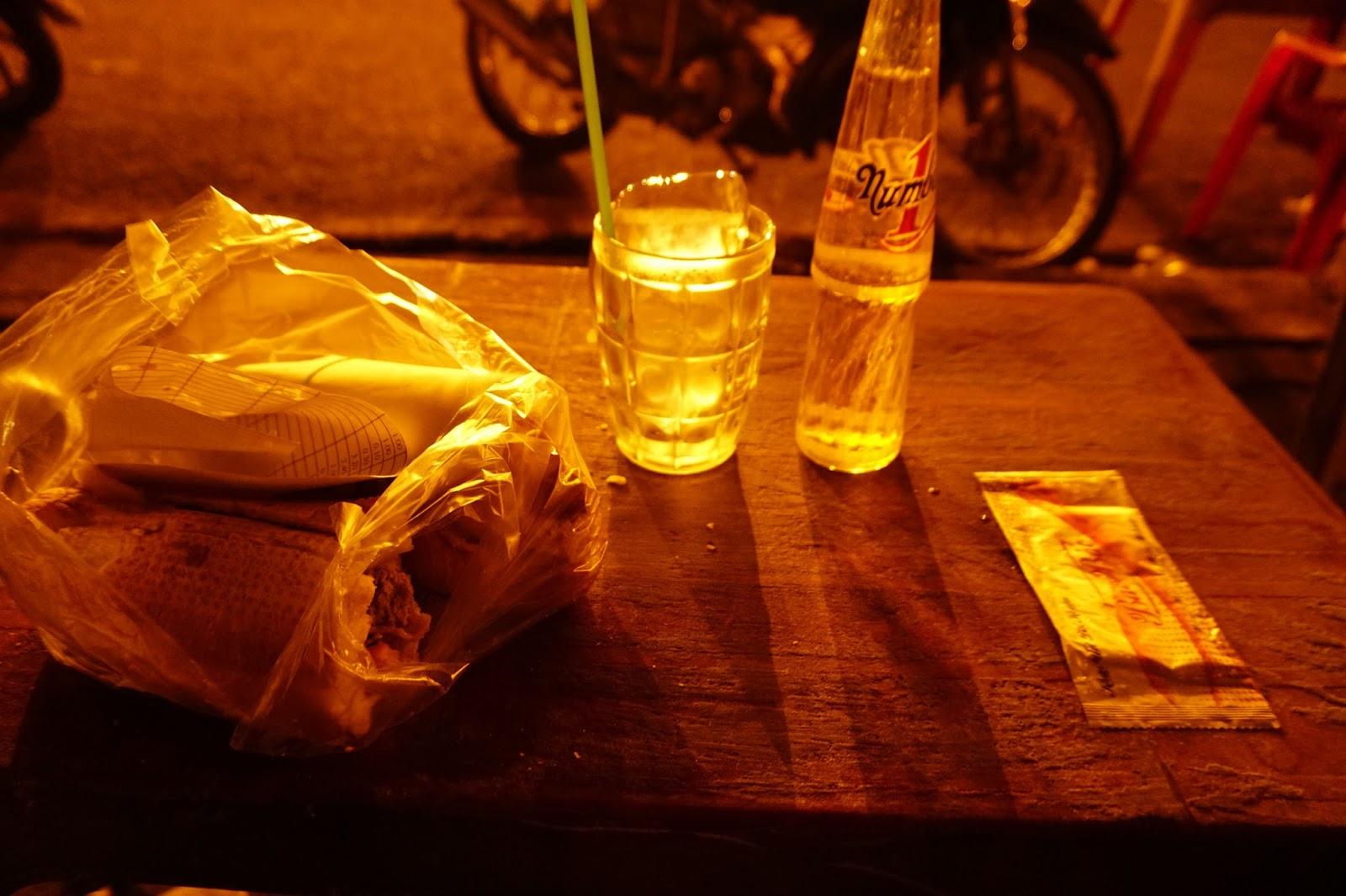 Ăn vội ổ bánh mì để tiếp thêm sức mạnh, mùi nước tăng lực cực khó uống, nhưng phải uống vì đuối quá rồi