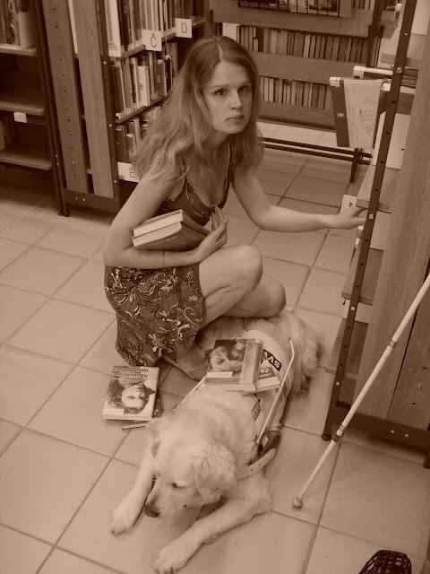 Linda a vodicí pes Cilka u regálu s  knihami