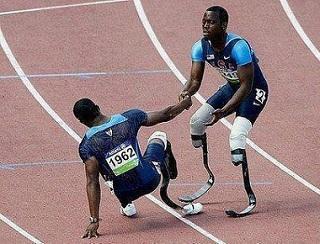 Birbiri ile yardımlaşan sakat koşucular