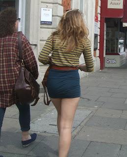 Bonita chica enseñando sexys piernas mini falda pequeña