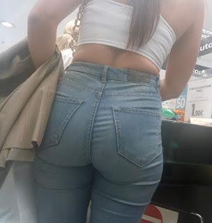 Linda morena cola redonda jeans apretado