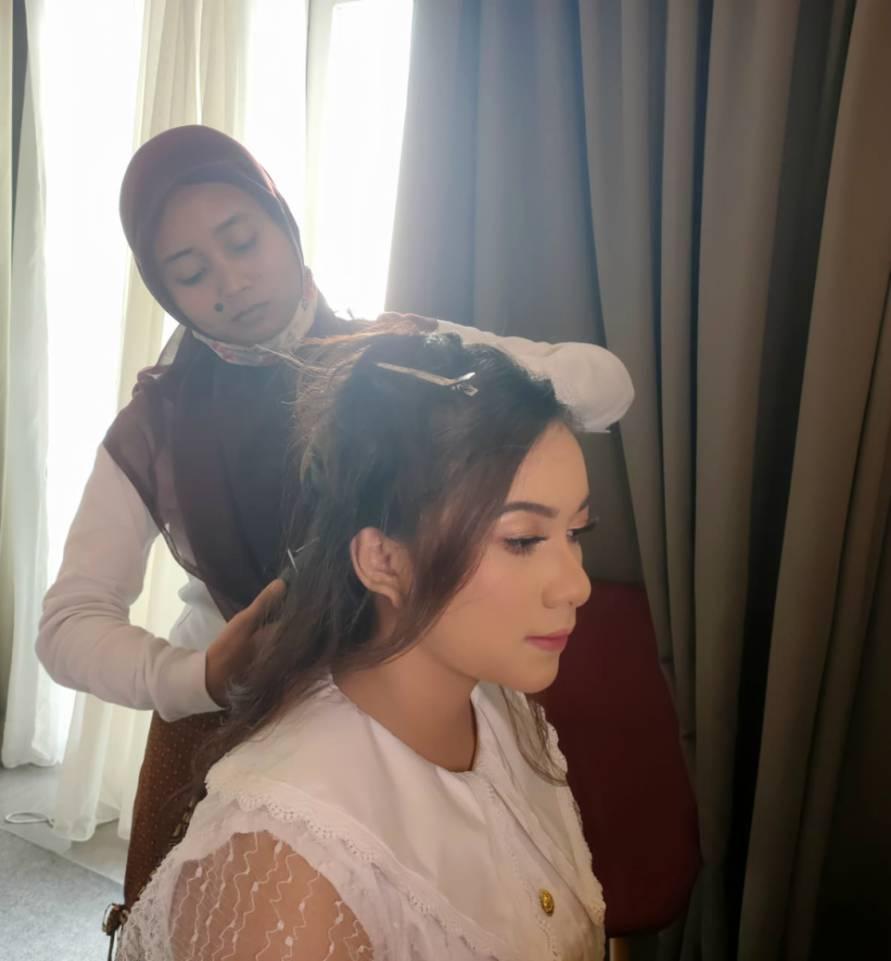 Adiba Cahya saat hair style saat syuting videoklip lagu Kesan di Matamu. (Dok. Istimewa)
