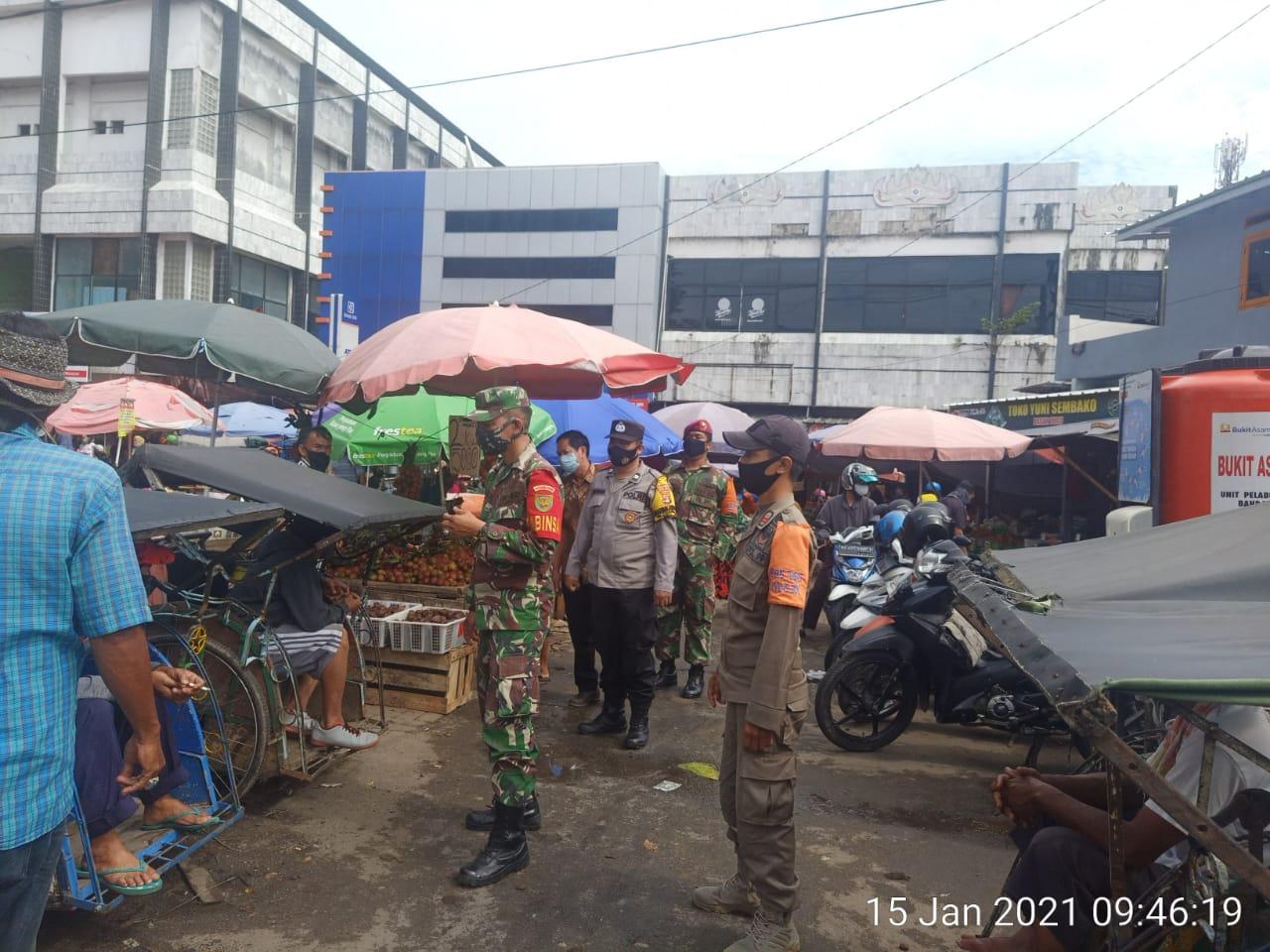Babinsa Koramil 410-04/TKT Serda Fadli bersama dengan Tim Satgas Penanganan Covid-19 Kota Bandar Lampung menyambangi pasar tradisional yang salah satunya di pasar Tugu