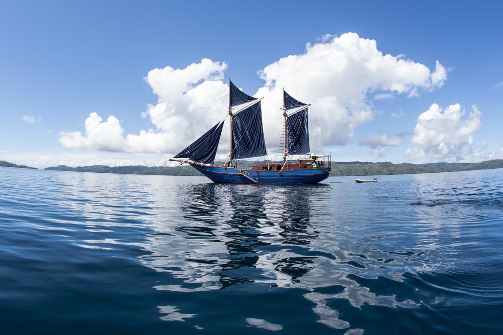 foto kapal pinisi berlayar di lautan
