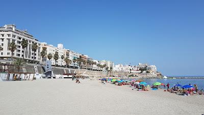 spiaggia e palazzi