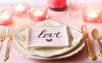 Mesa de boda con vajilla combinada