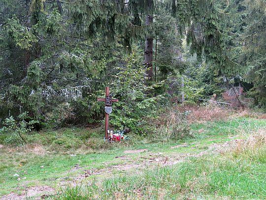 Dnia 25.11.2013 roku, 400 metrów od tego krzyża zmarł ksiądz prałat Jan Wątroba.