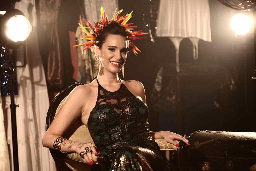 Em primeira entrevista falando decarreira e de seu novo trabalho, a cantora curitibana Branka, de uns anos pracá, fincou residência no Rio de Janeiro, desenvolvendo uma carreira com ótimasreferências e ladeada de tarimbados mestres do samba carioca, tais como ZecaPagodinho, Sombrinha e Carlinhos 7 Cordas. Branka tem na bagagem um trabalhopautado por momentos marcantes.