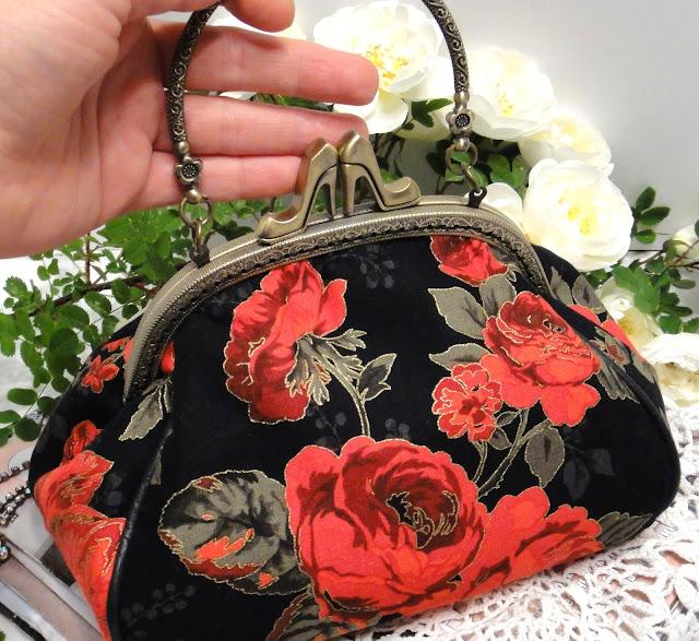 Цветочная сумочка с фермуаром туфельки: красные розы на черном фоне. Золотистый контур на лепестках и листьях. Для торжественного выходо