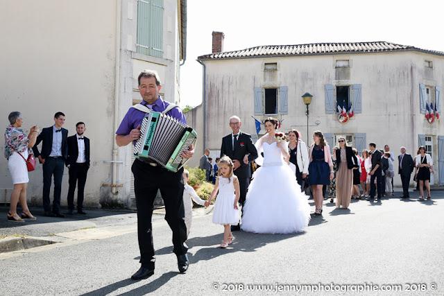 photo cortège mariage, mariée avec son papa, accordéon